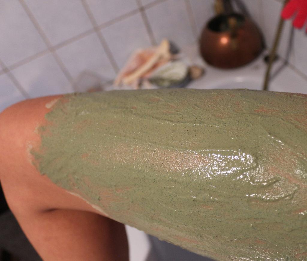 Application de la boue d'enveloppement Secret des Fées