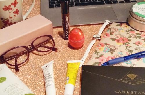Espace de travail et quelques produits de la blogueuse Glowing Words