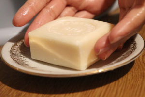Utilisation du savon au lait d'ânesse La Corvette