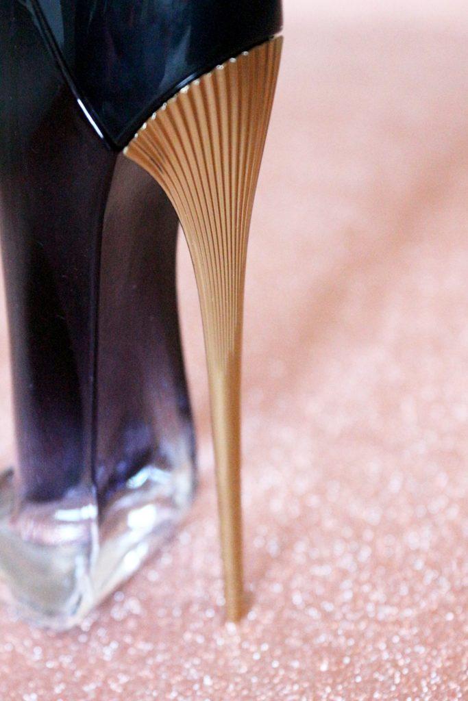 Détail du talon aiguille du parfum Good Girl Légère de Carolina Herrera