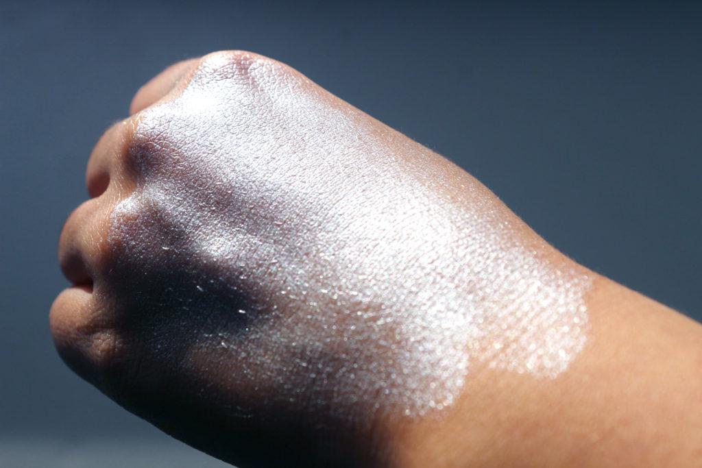 Swatch de l'highlighter liquide Elikya Beauty